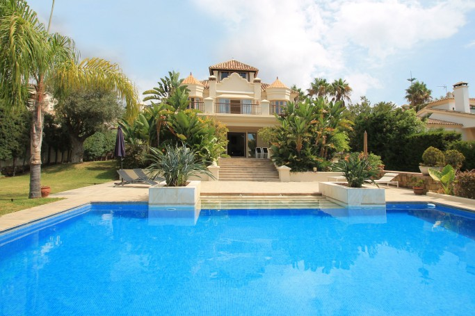 Villa, ref: 440 en venta en Las Chapas, Marbella Este