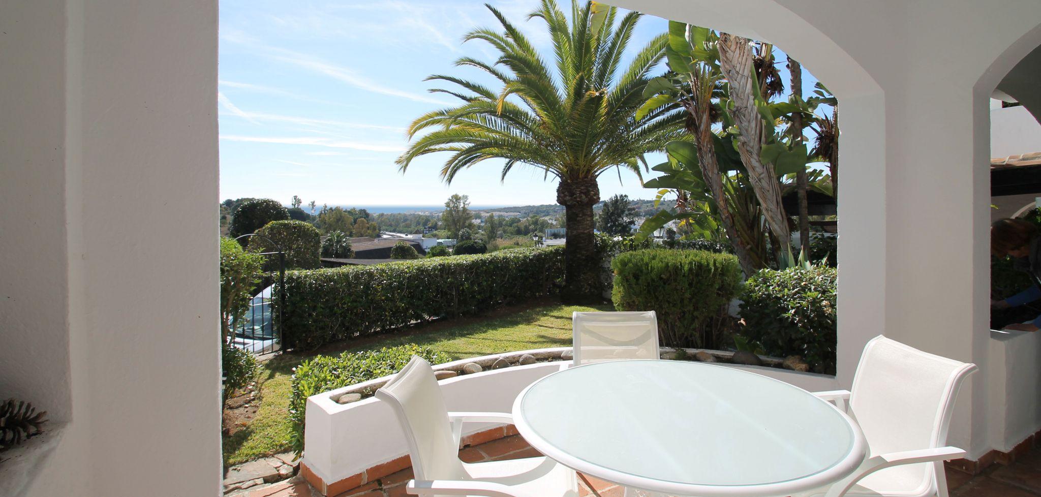 Apartamento de dos dormitorios con jardín y vistas al mar en Club Sierra