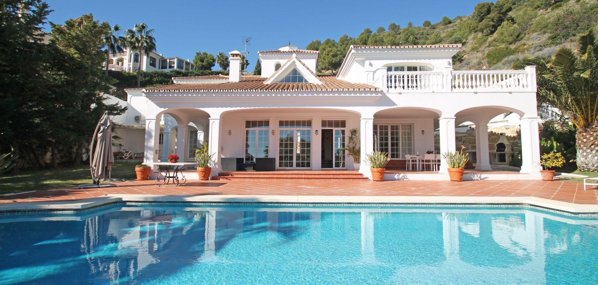 Clásica villa de cuatro dormitorios con vistas al mar en Cascada de Camoján, Marbella