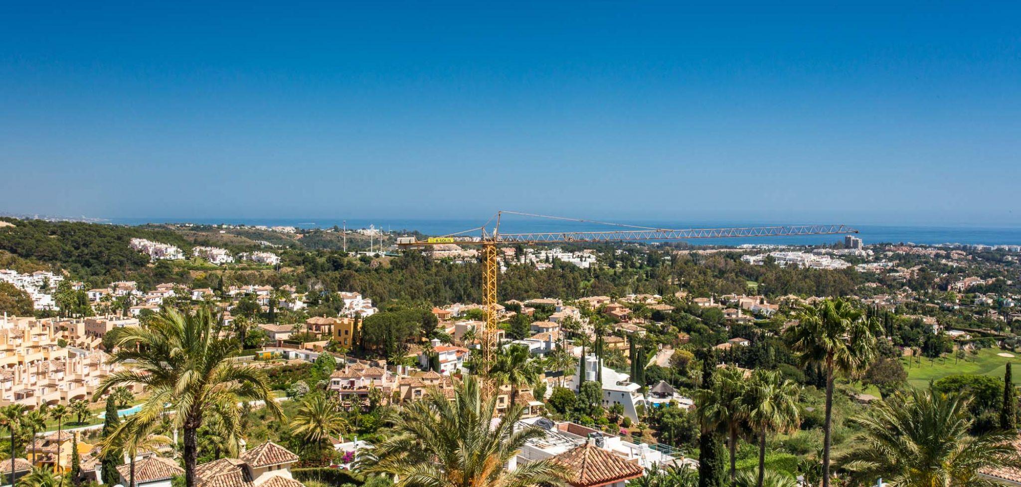 Ático duplex con vistas panorámicas al mar en el Valle del Golf, Marbella