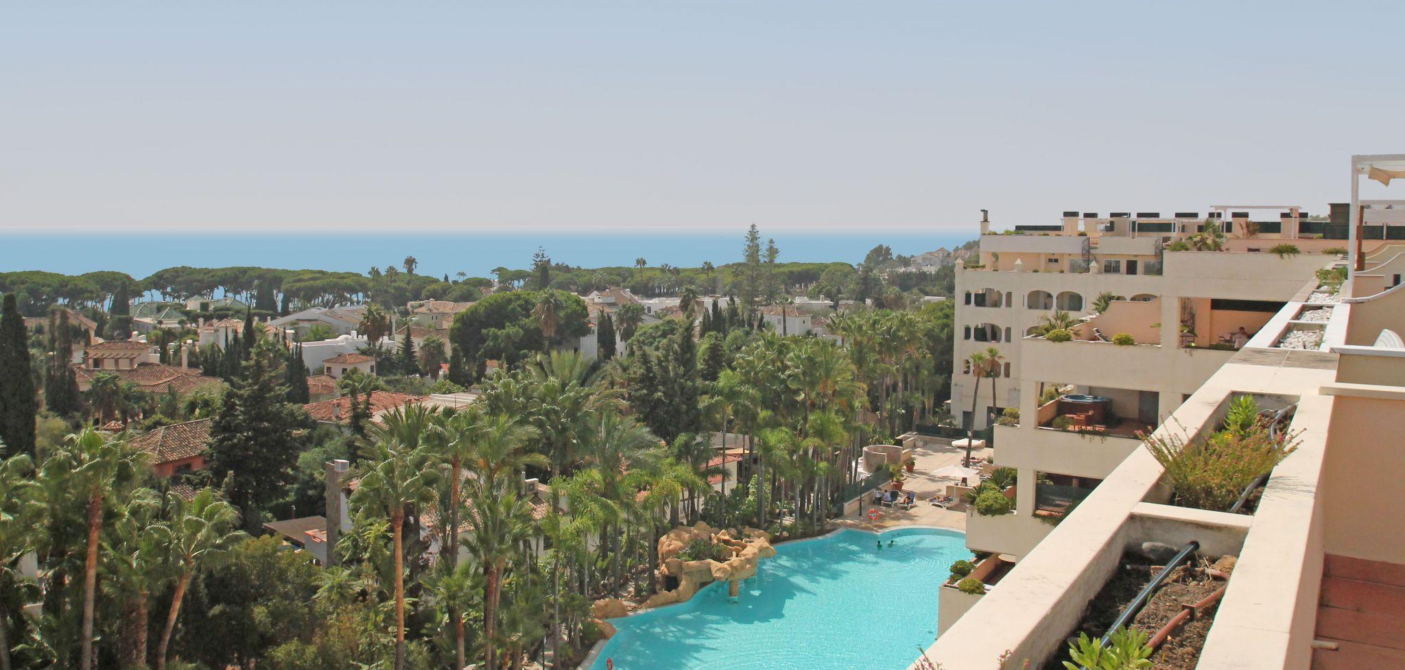 Ático duplex en esquina de tres dormitorios junto a la playa en la Milla de Oro de Marbella