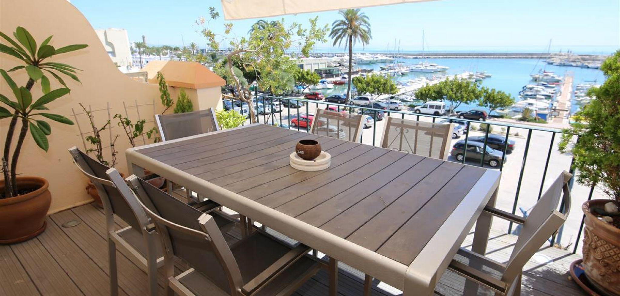 Casa adosada en primera línea de playa con vistas al puerto deportivo de Estepona